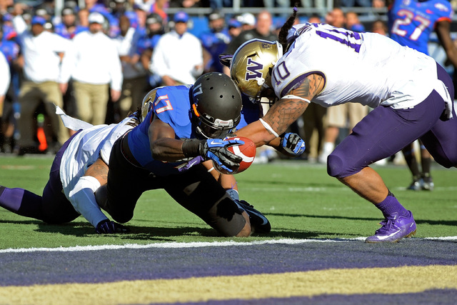 Boise State's Geraldo Boldewijn (17) reaches over the goal line to score  a touchdown despite pressure from Washington's John Timu (10) during the first half of the MAACO Bowl NCAA college footbal ...