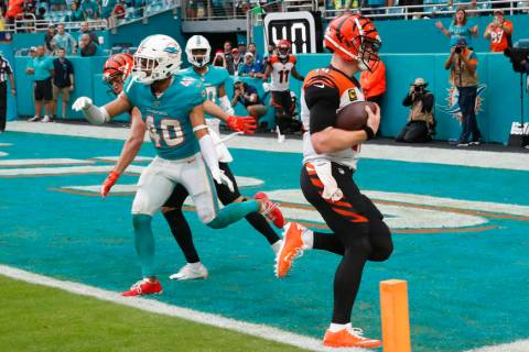 Cincinnati Bengals quarterback Andy Dalton (14) scores a two-point conversion to tie the game, ...