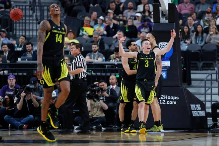 Oregon's Kenny Wooten (14) and Payton Pritchard (3) celebrate during the second half of the tea ...