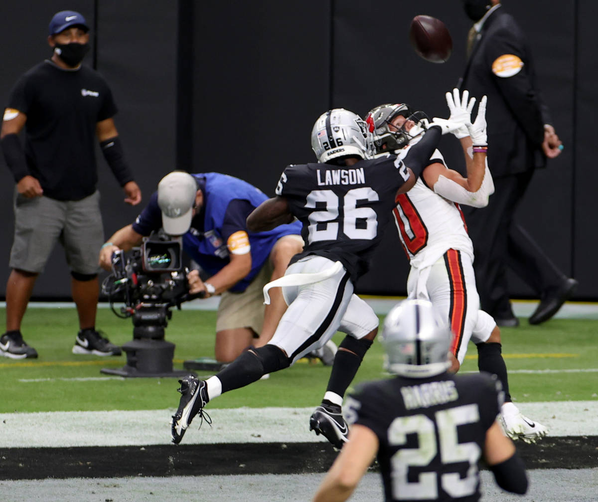 Tampa Bay Buccaneers wide receiver Scott Miller (10) pulls in a touchdown pass in front of Las ...