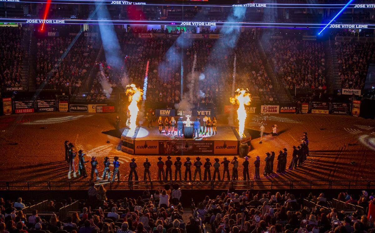 Las siluetas de los vaqueros se muestran durante la apertura del último día de las Finales Mu ...
